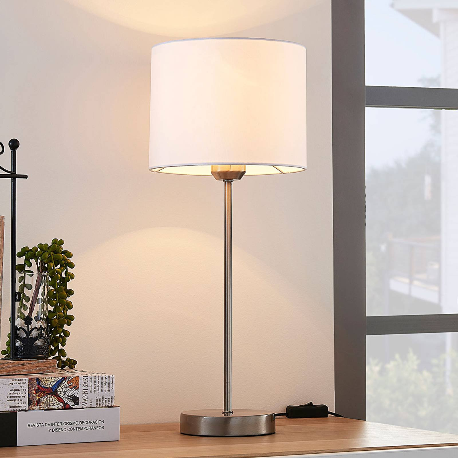 Hvit bordlampe Annatina med tekstilskjerm