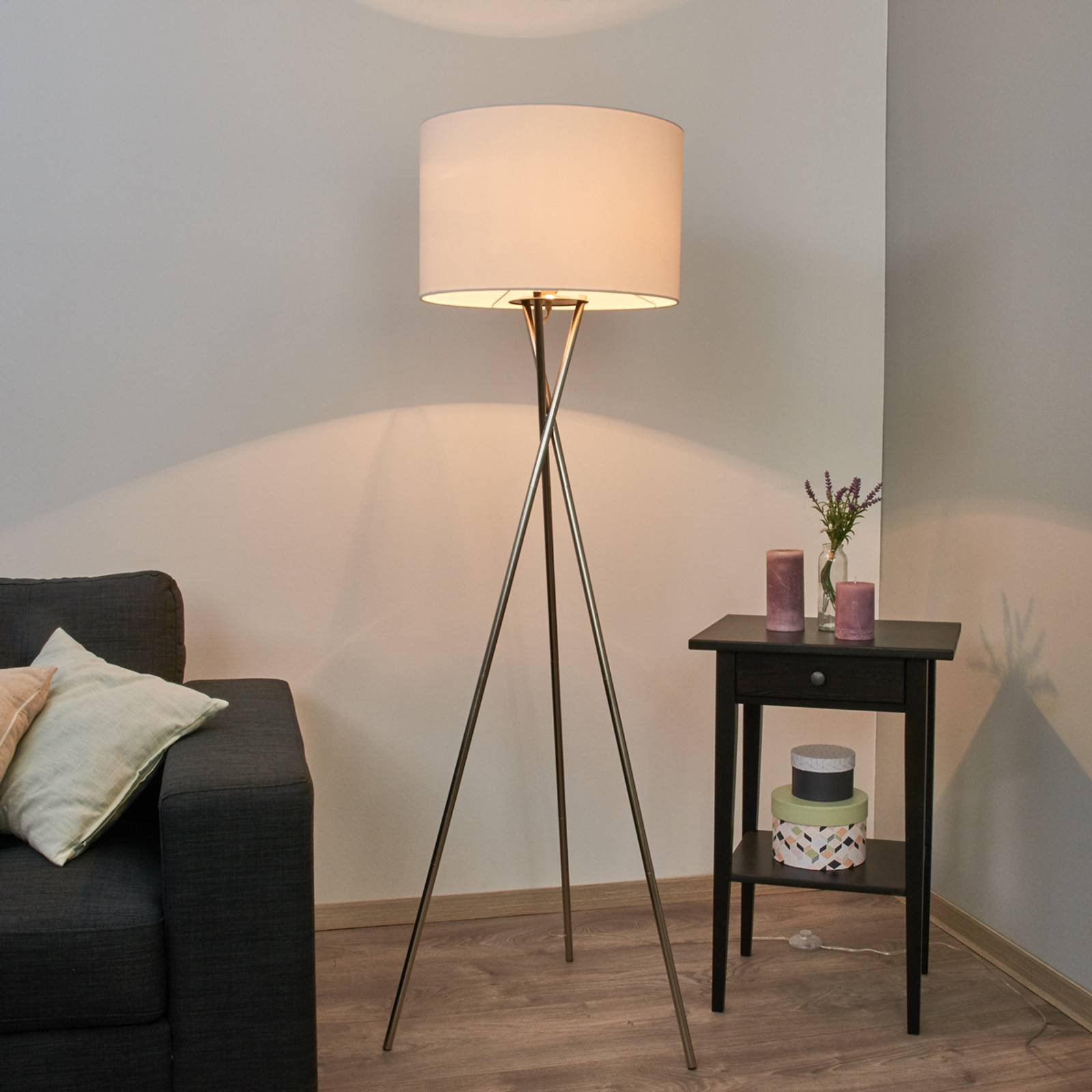 Trefots stålampe Fiby med hvit stoffskjerm
