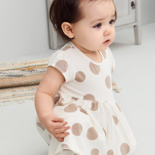 Prikkete kjole baby hvit