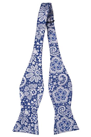 Silke Sløyfer Uknyttede, Stålblå botten med blommönster i vitt, Notch LUTHER