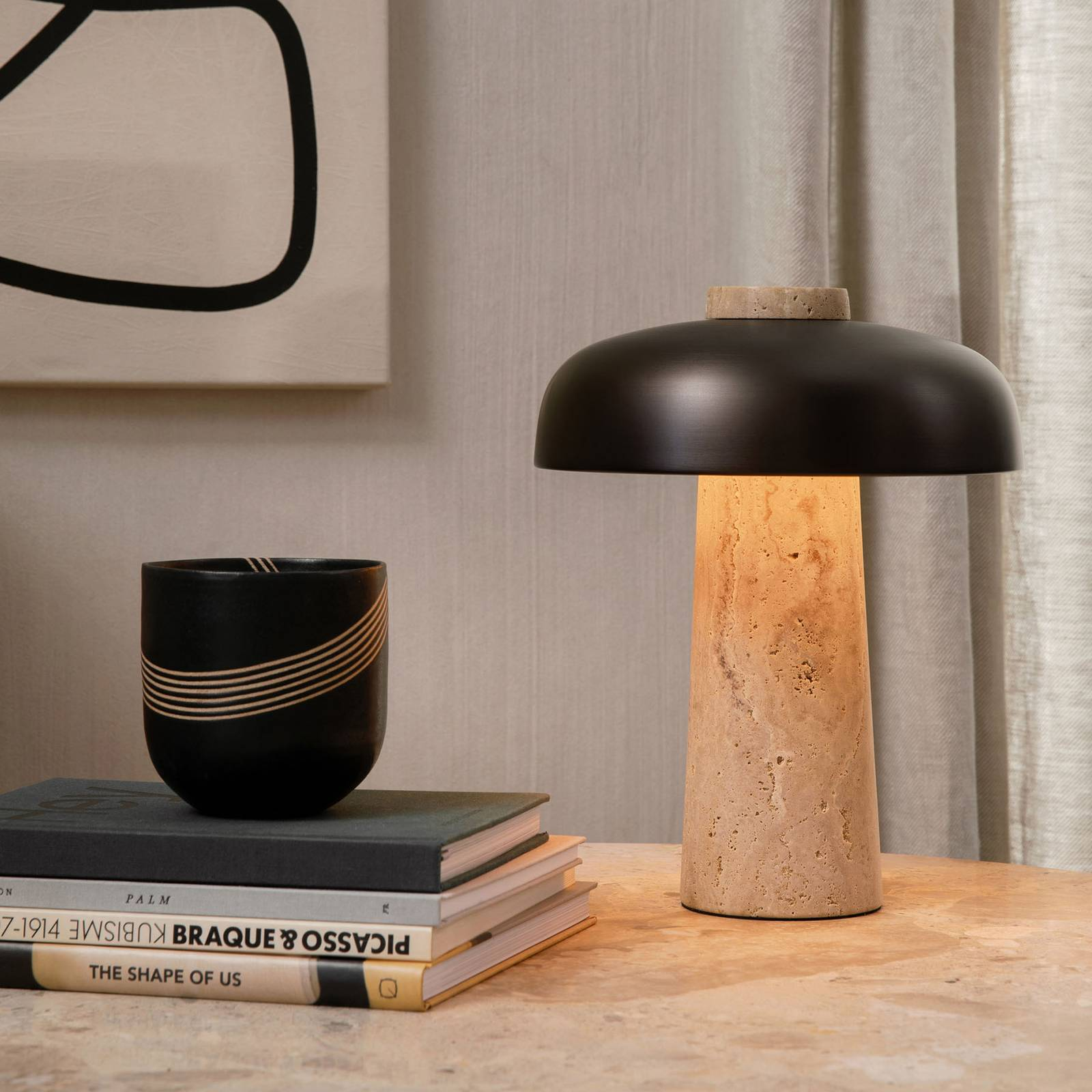 Menu Reverse LED-pöytälamppu travertiinijalalla
