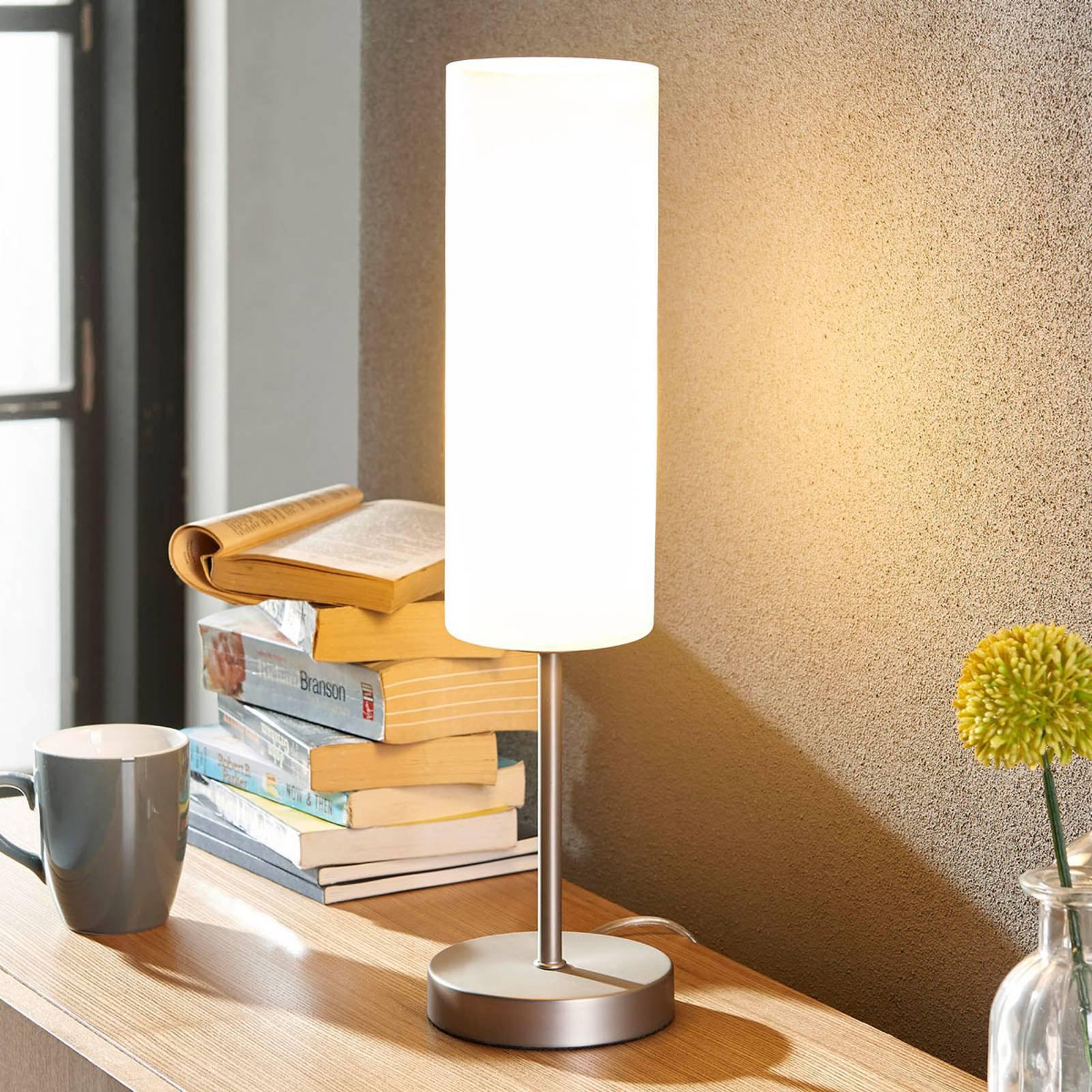 Smal bordlampe Vinstra med hvit glasskjerm