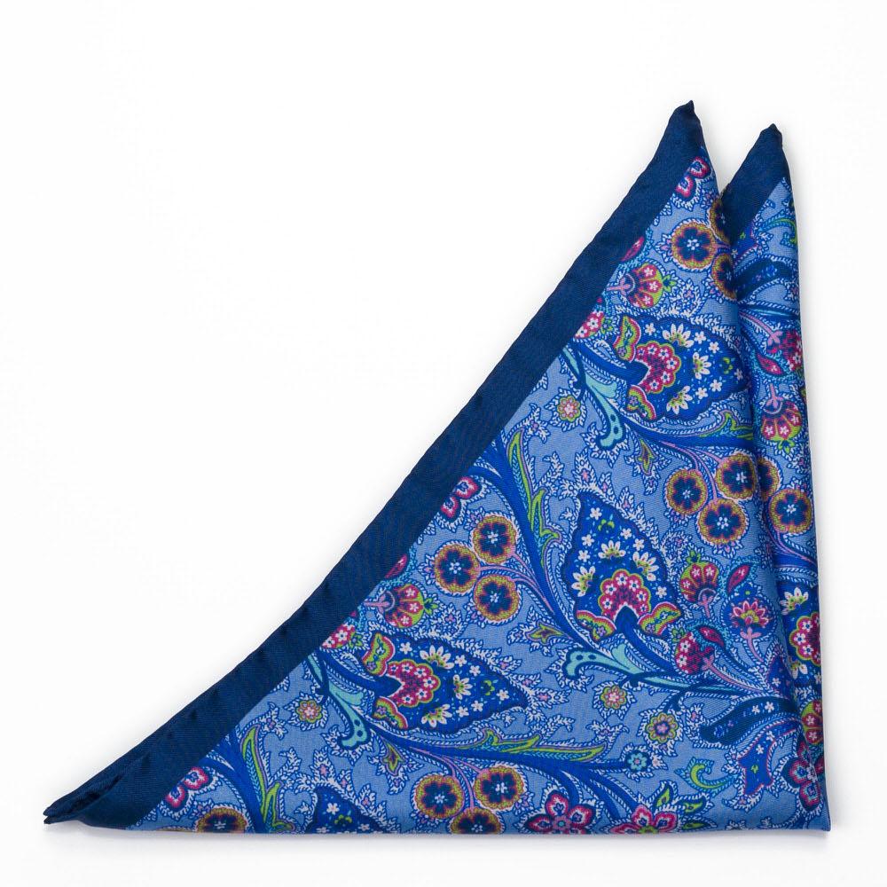 Silke Lommetørkler, Surrealistiske flerfargete blomster på blått