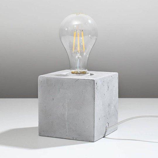 Akira bordlampe av betong i terningform
