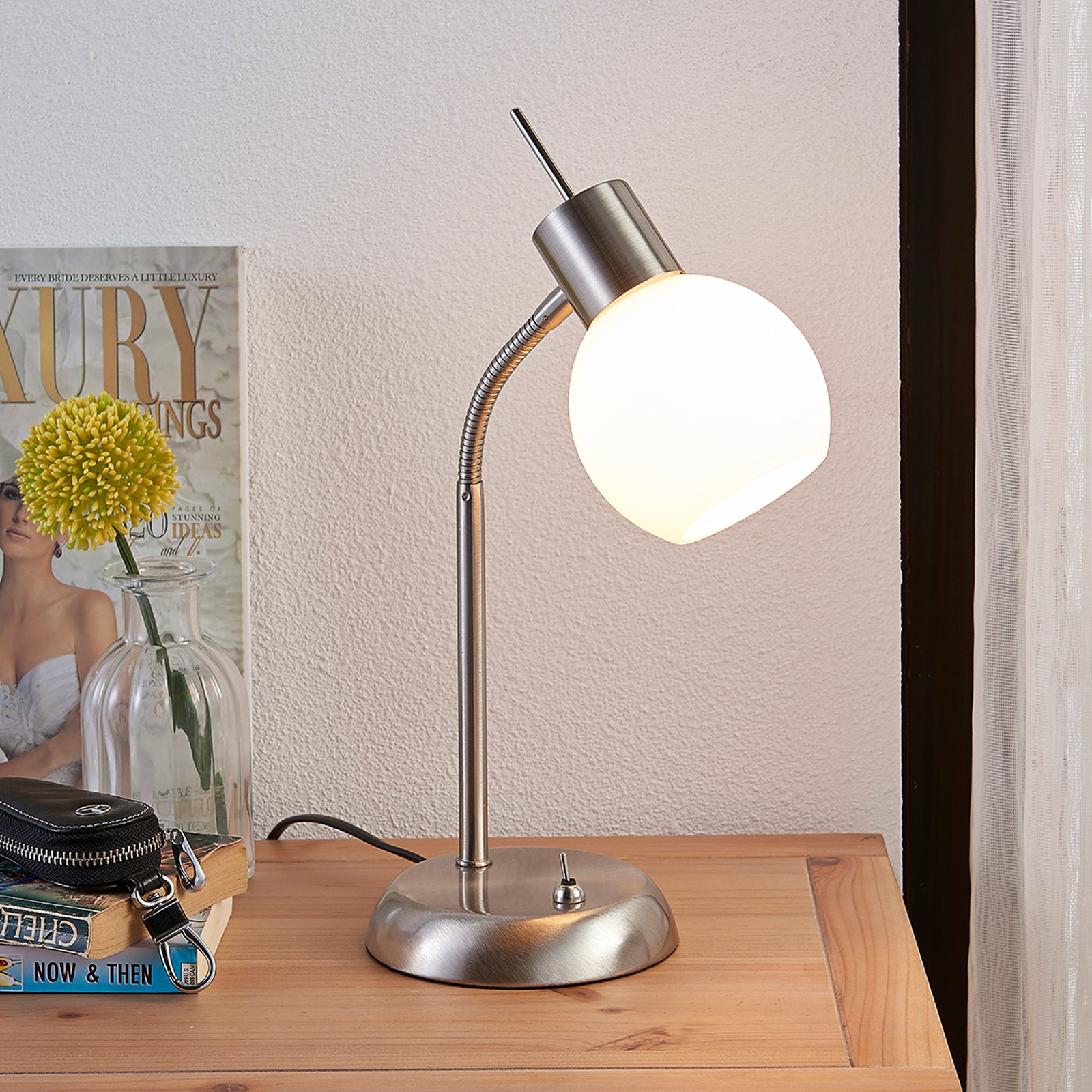 LE-bordlampe Manon med opalhvit glasskjerm