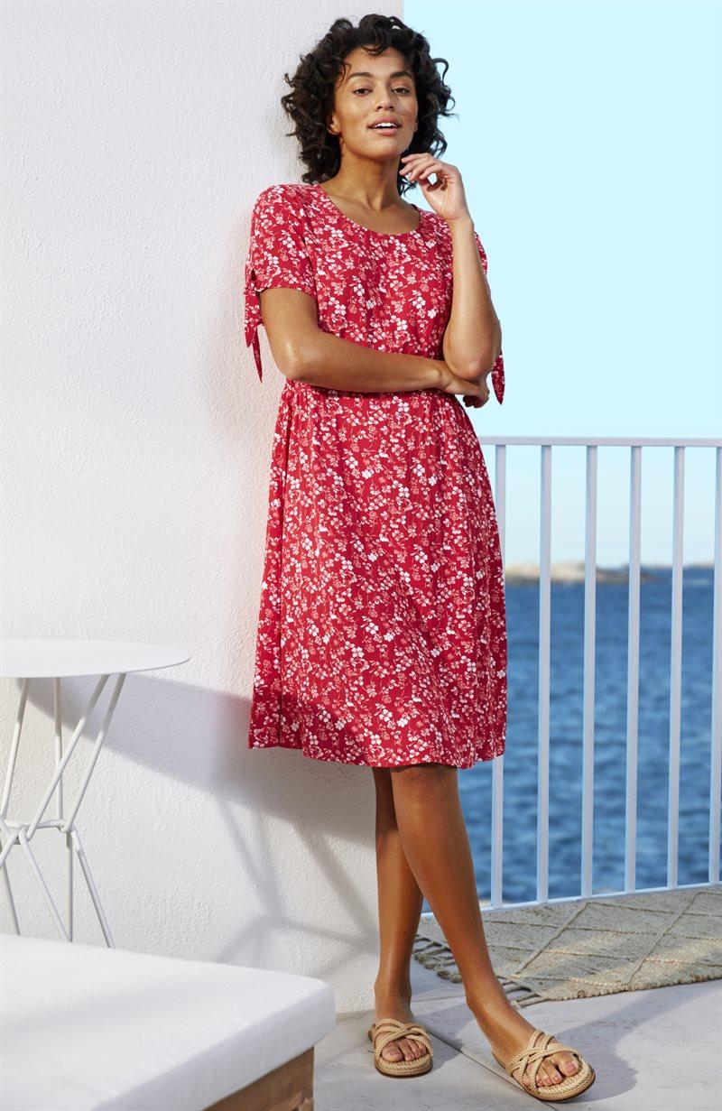 Kuvioitu mekko, jossa smokkipoimutusta