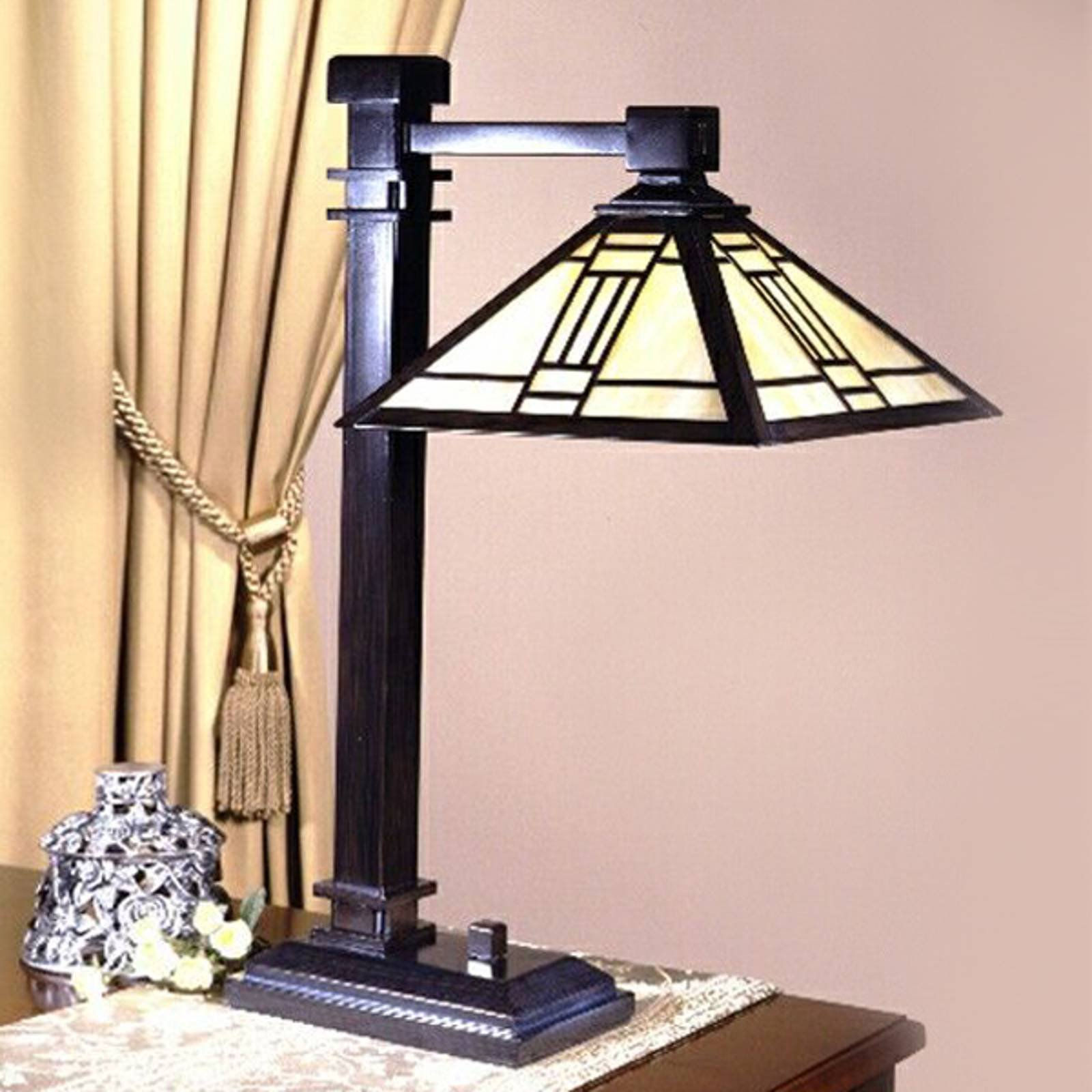 Bordlampe Delia med kantet skjerm