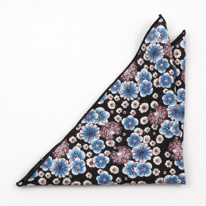 Bomull Lommetørkler, Blå og lilla blomster mot svart bakgrunn