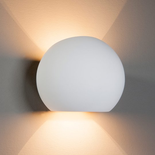Kuleformet gips-halogen-vegglampe Elina