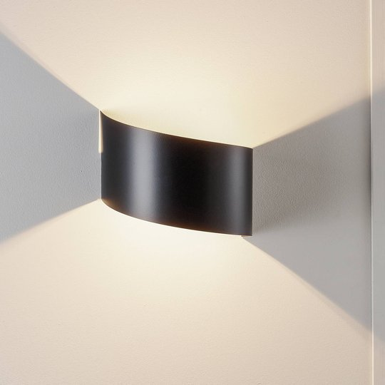 Vegglampe Vero i lakkert stål, svart