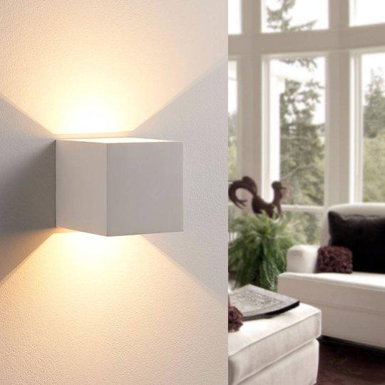 Kuutiomainen LED-seinävalaisin Kay, kipsiä