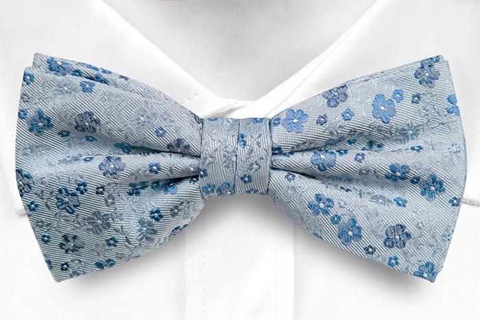 Silke Sløyfer Knyttede, Blomster i 3 nyanser av blått på gråblå base