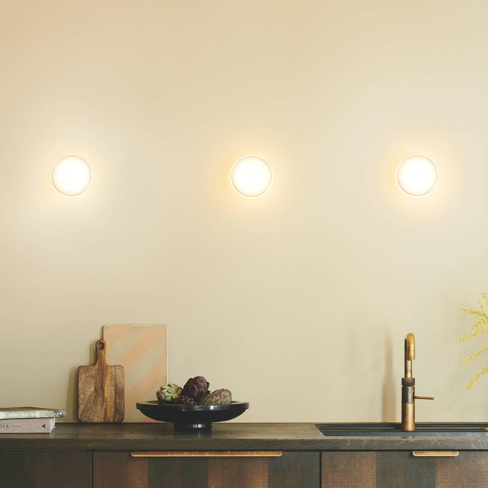 Shade ØS1 -seinälamppu, messinki, valkoinen pidike