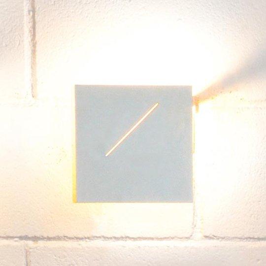 Des.agn-design-seinävalaisin LEDeillä, valkoinen