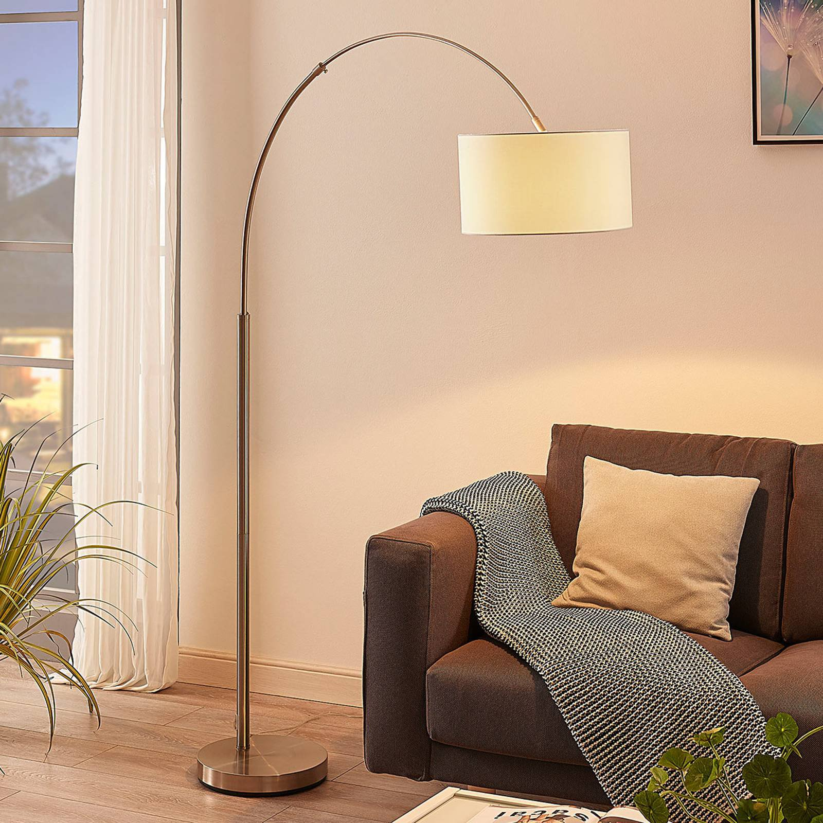 Bueformet gulvlampe Railyn, kremhvit tekstilskjerm