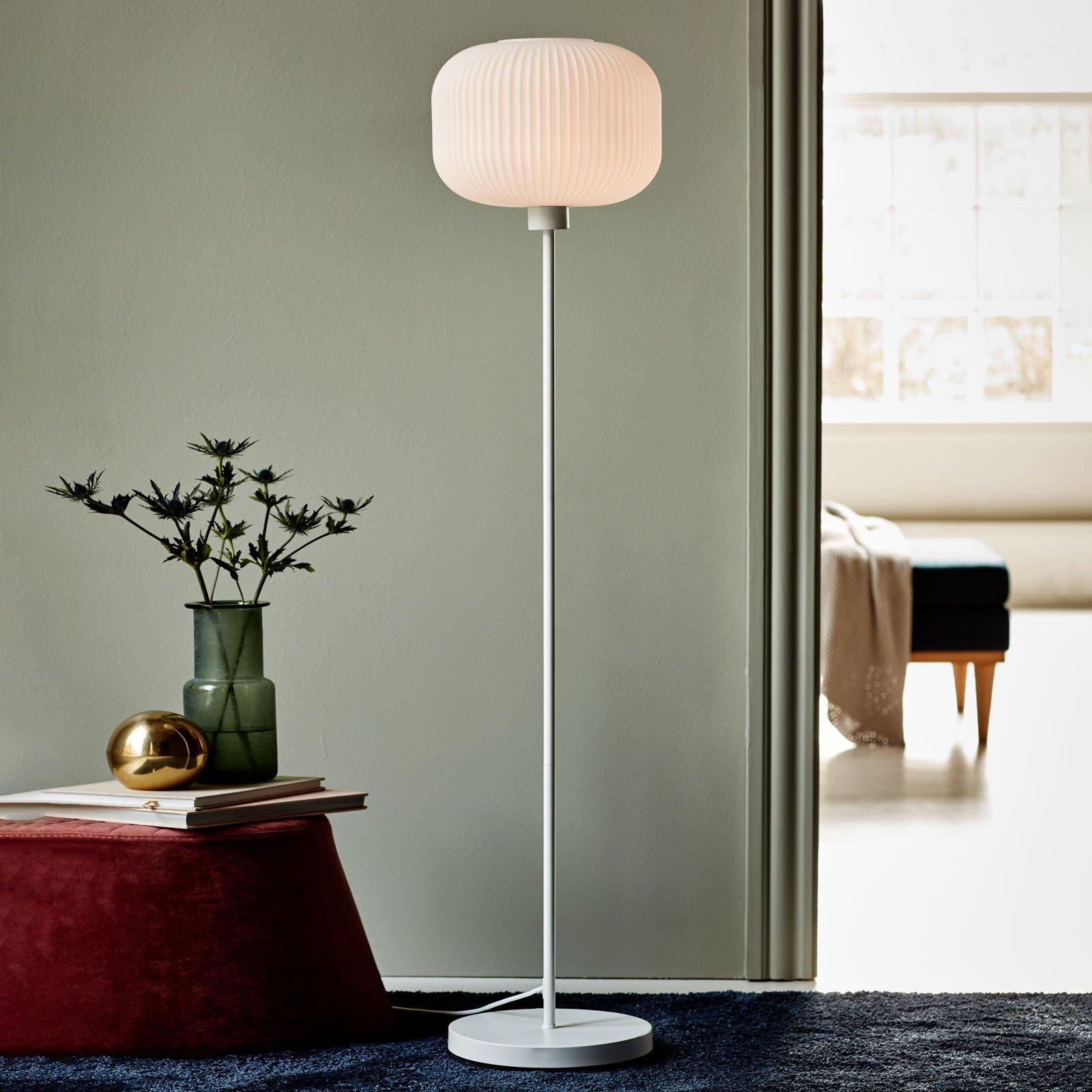 Gulvlampe Milford med hvit skjerm av glass