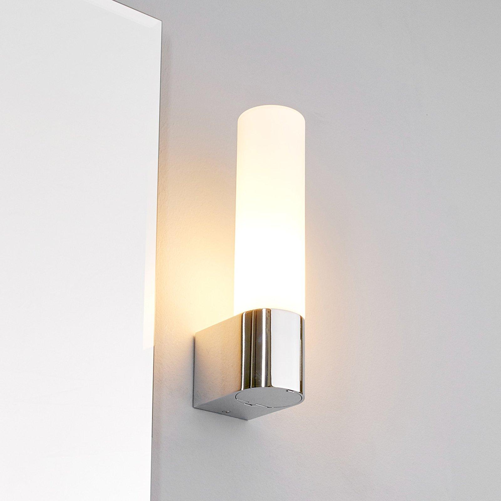 Praktisk speillampe Melike med strømuttak