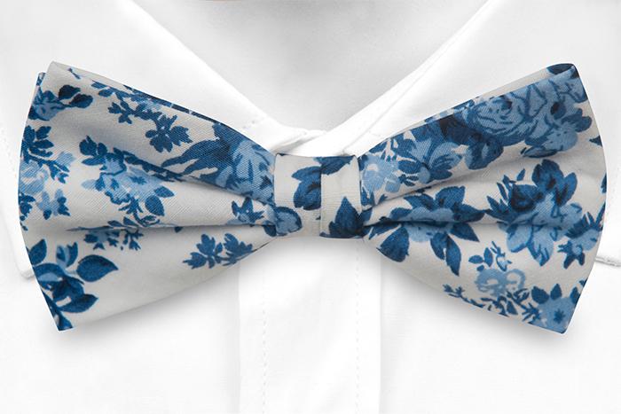 Bomull Sløyfer Knyttede, Hvit bakgrunn med roser i to blåfarger, Hvit, Blomster