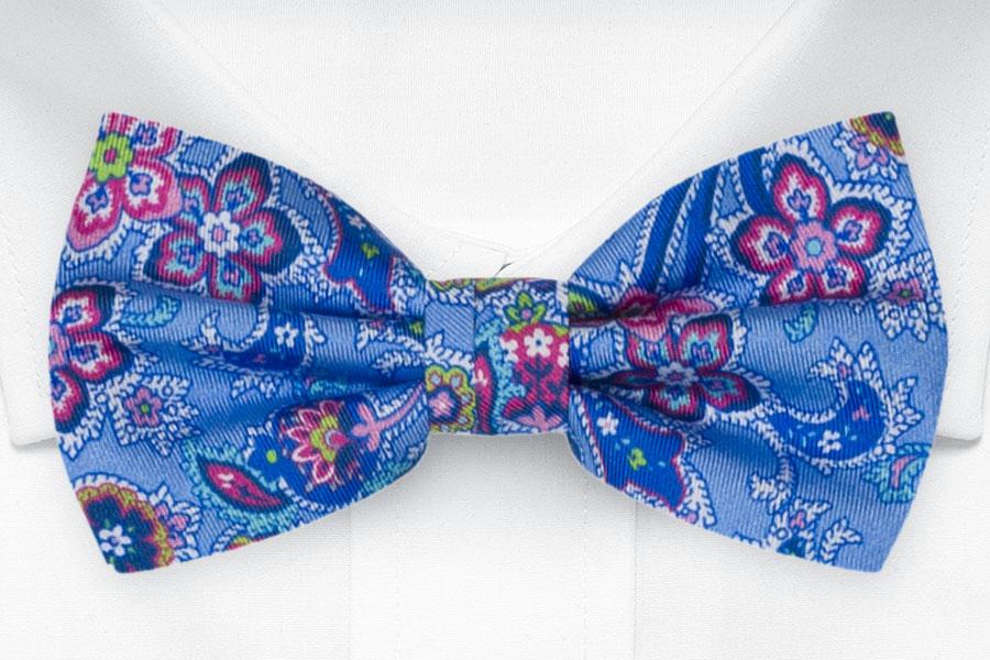 Silke Sløyfer Knyttede, Surrealistiske flerfargete blomster på blått