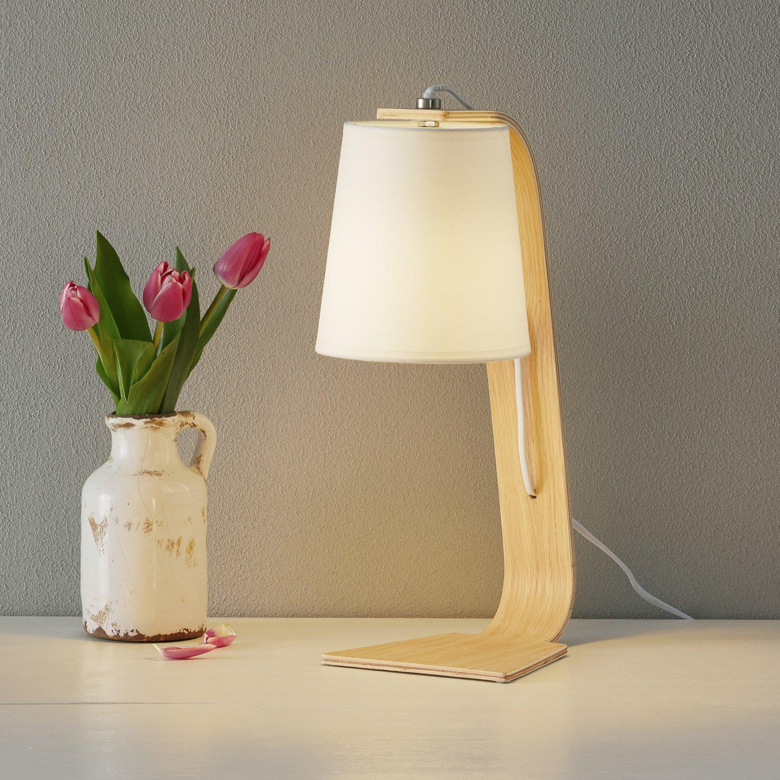 Hvit bordlampe Nordic i tre med skjerm i tekstil