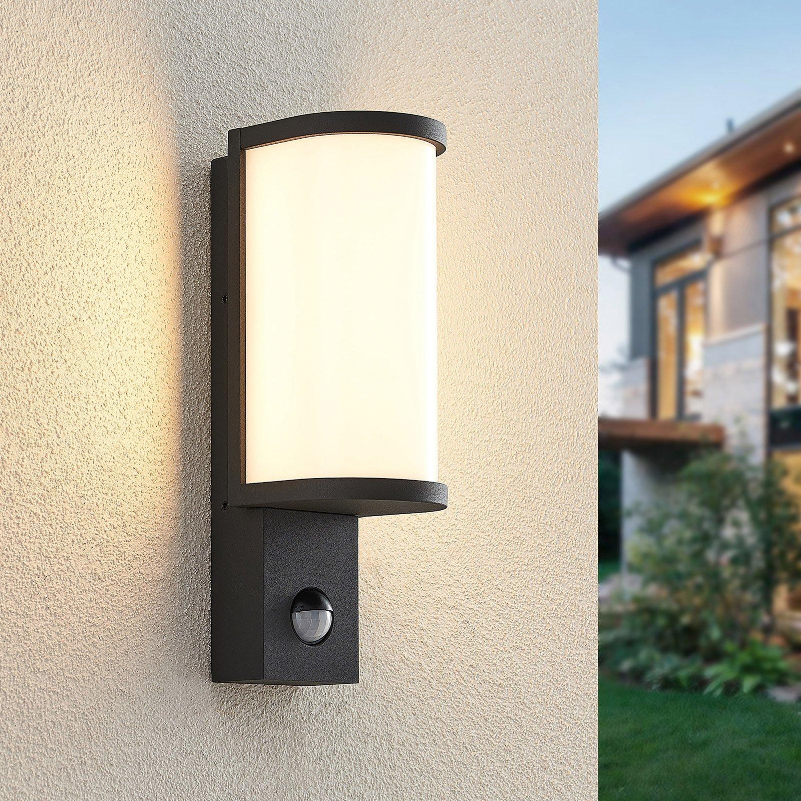 Lucande Jokum utendørs LED-vegglampe, IP54, sensor