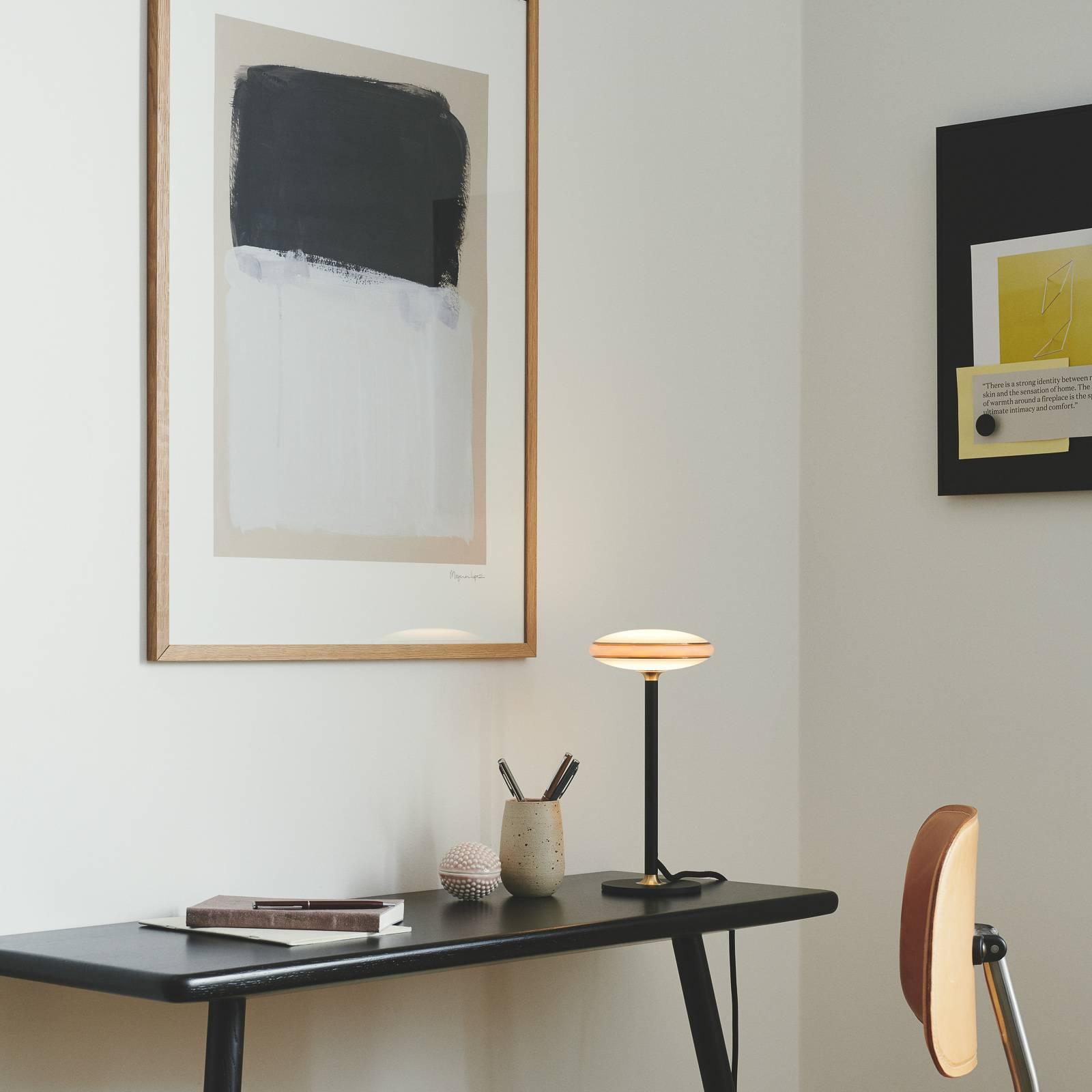 Shade ØS1 -pöytälamppu, messinki, musta Node