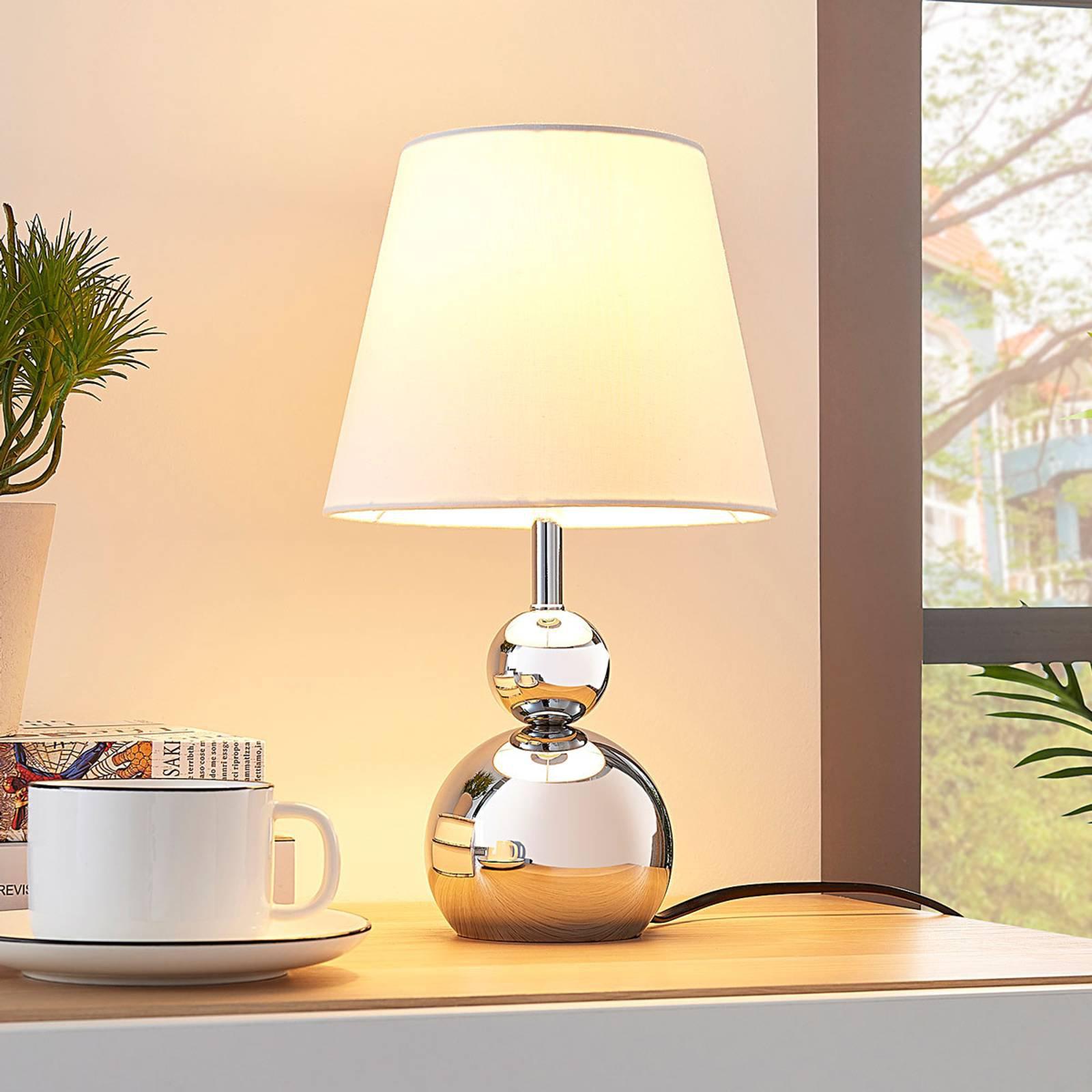 Hvit bordlampe i tekstil Andor med fot i krom