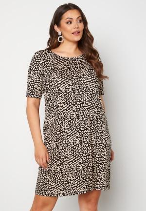 Only Carmakoma Bandana S/S Dress Black AOP Leo 54 (XL)