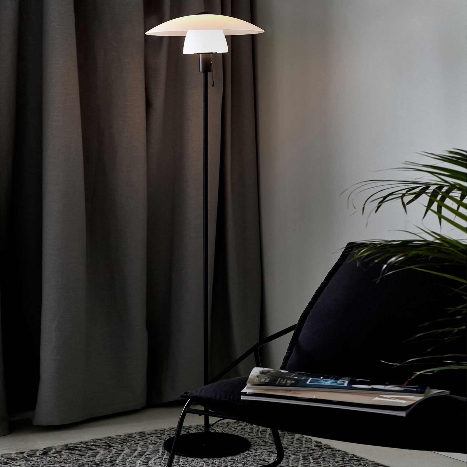 Gulvlampe Verona, svart stamme, opal skjerm