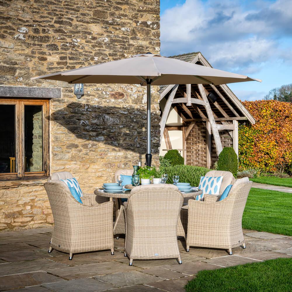 2021 Bramblecrest Monterey 6 Seat Dining Set With Round Table, Lazy Susan & Parasol - Sandstone