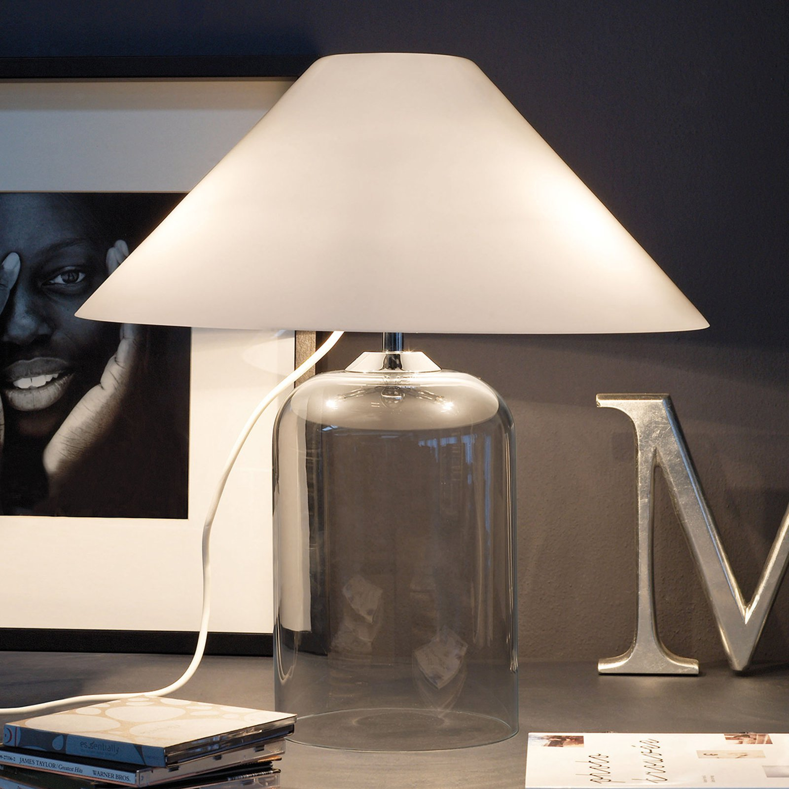 Tekstil-bordlampe Alega med klar glassfot