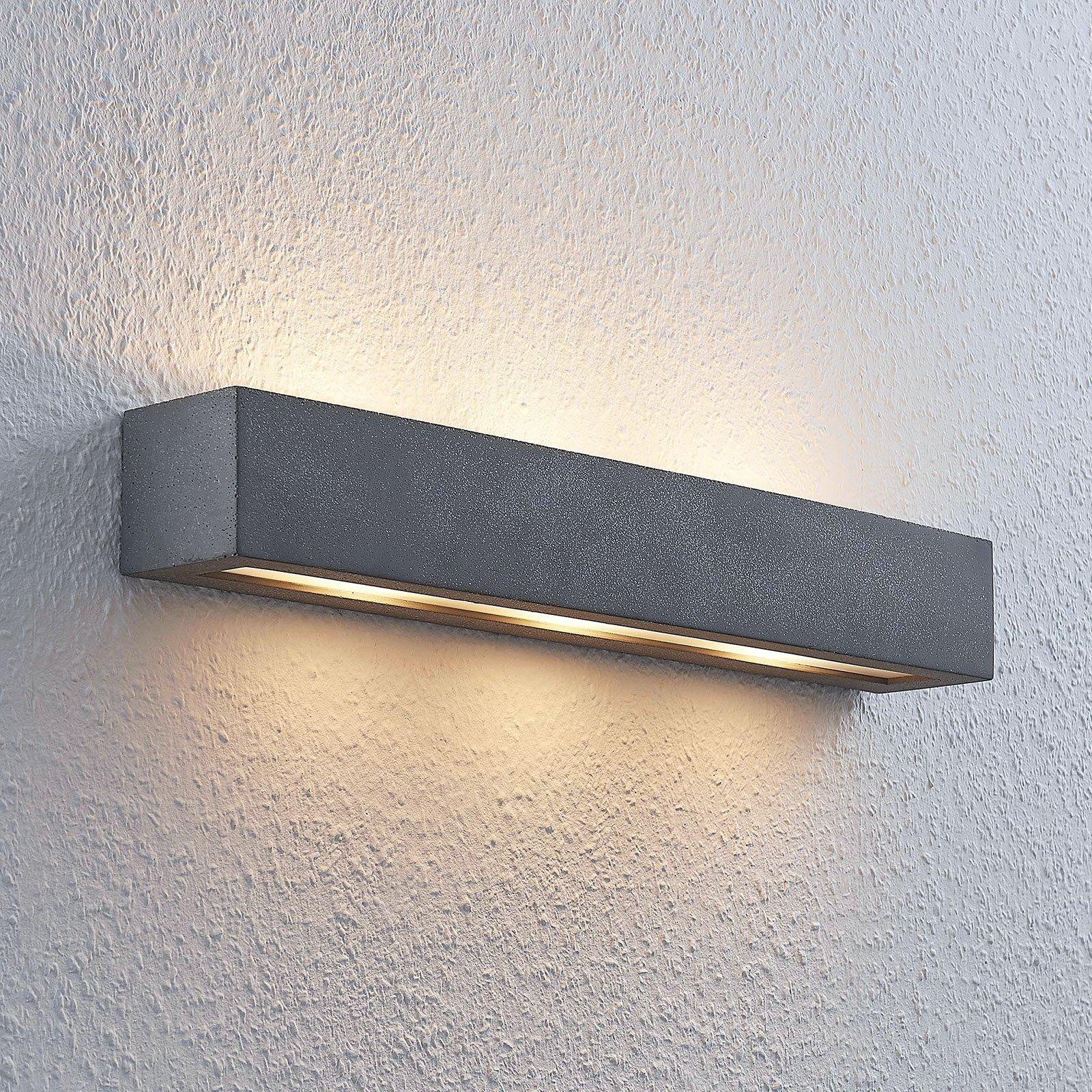 Lindby Nellie LED-betong-vegglampe, bredde 50,8 cm
