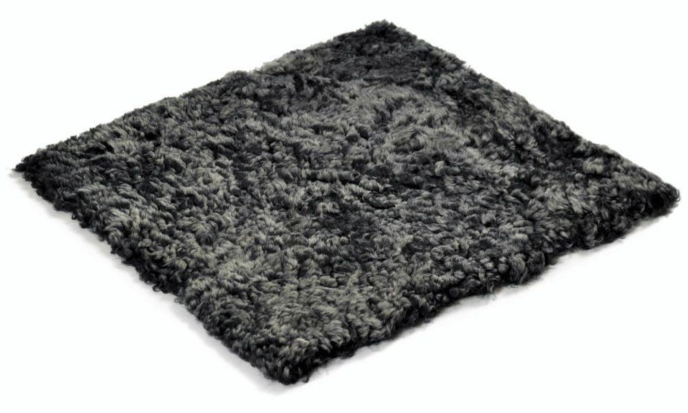Krøllete firkantet stolpute i saueskinn - mørkgrå