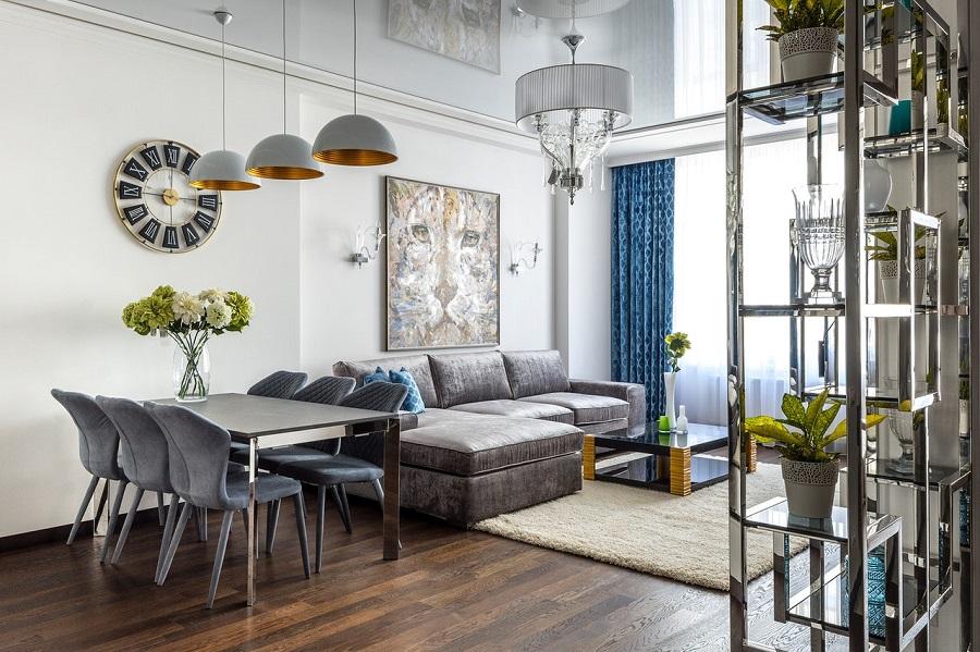 Ei stue med spisebord, stoler og sofa