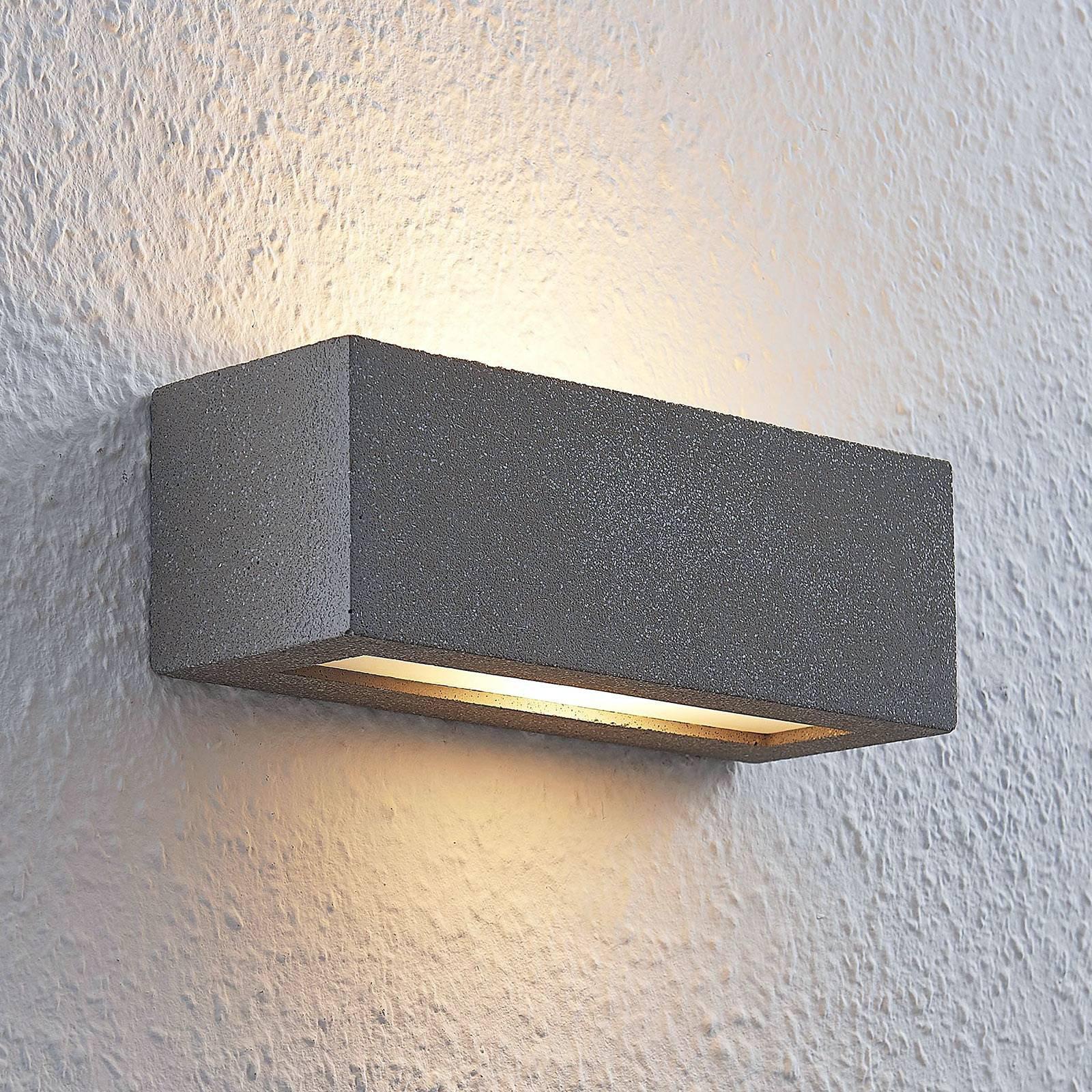 Lindby Nellie LED-betong-vegglampe, bredde 21,8 cm