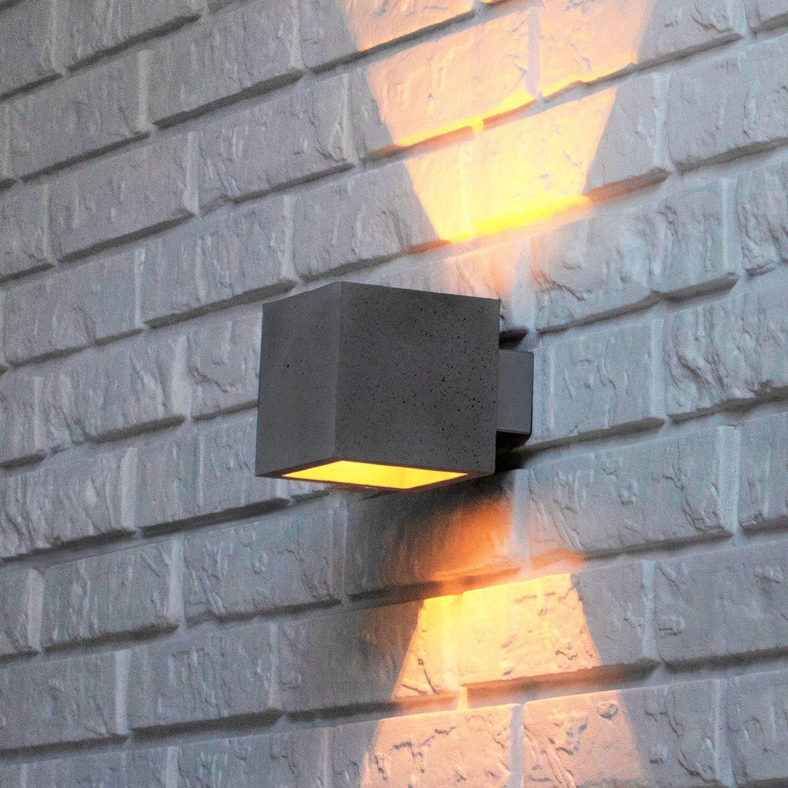 Proof – vegglampe med skjerm i betong