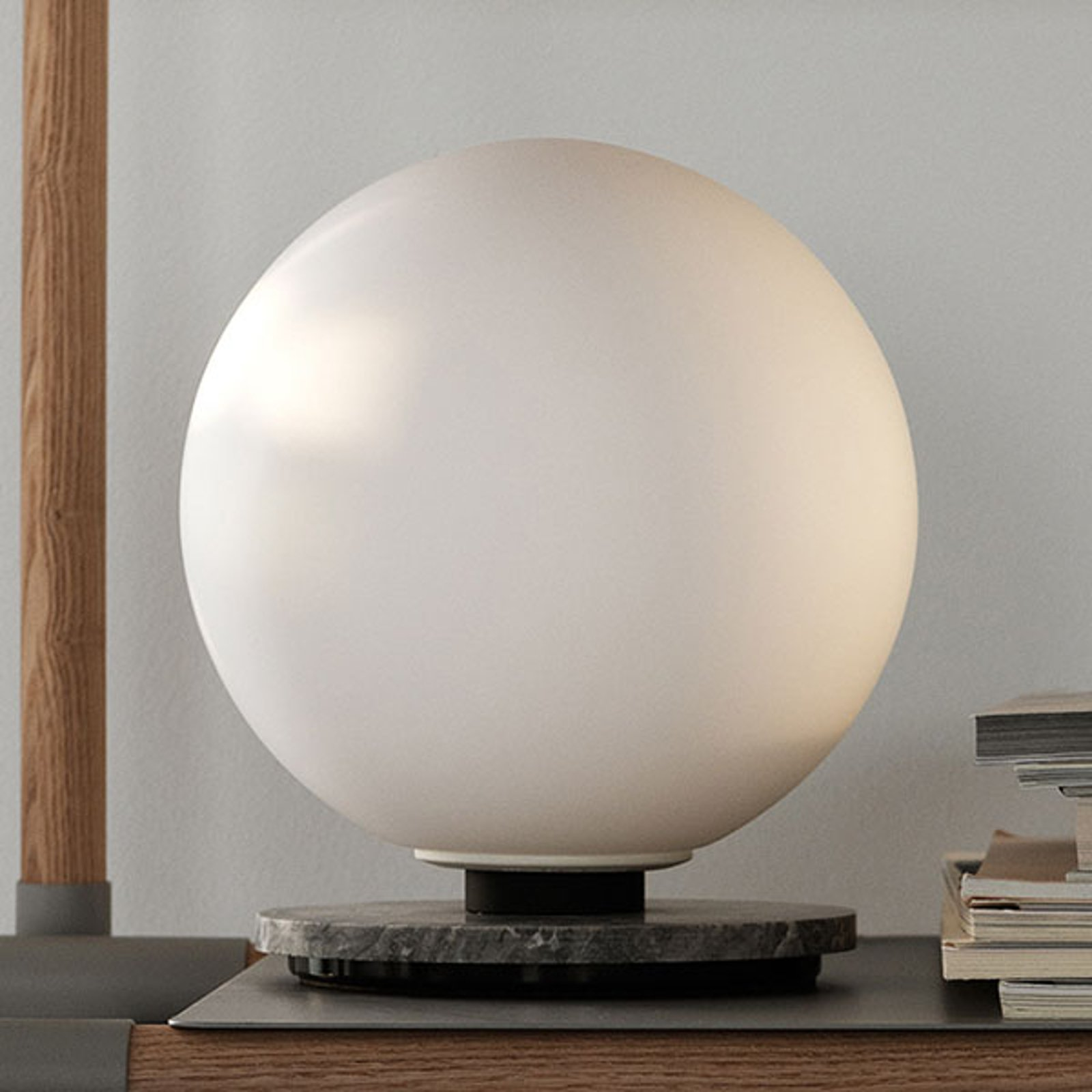 Menu TR Bulb DTW bordlampe 22 cm marmor/opal matt