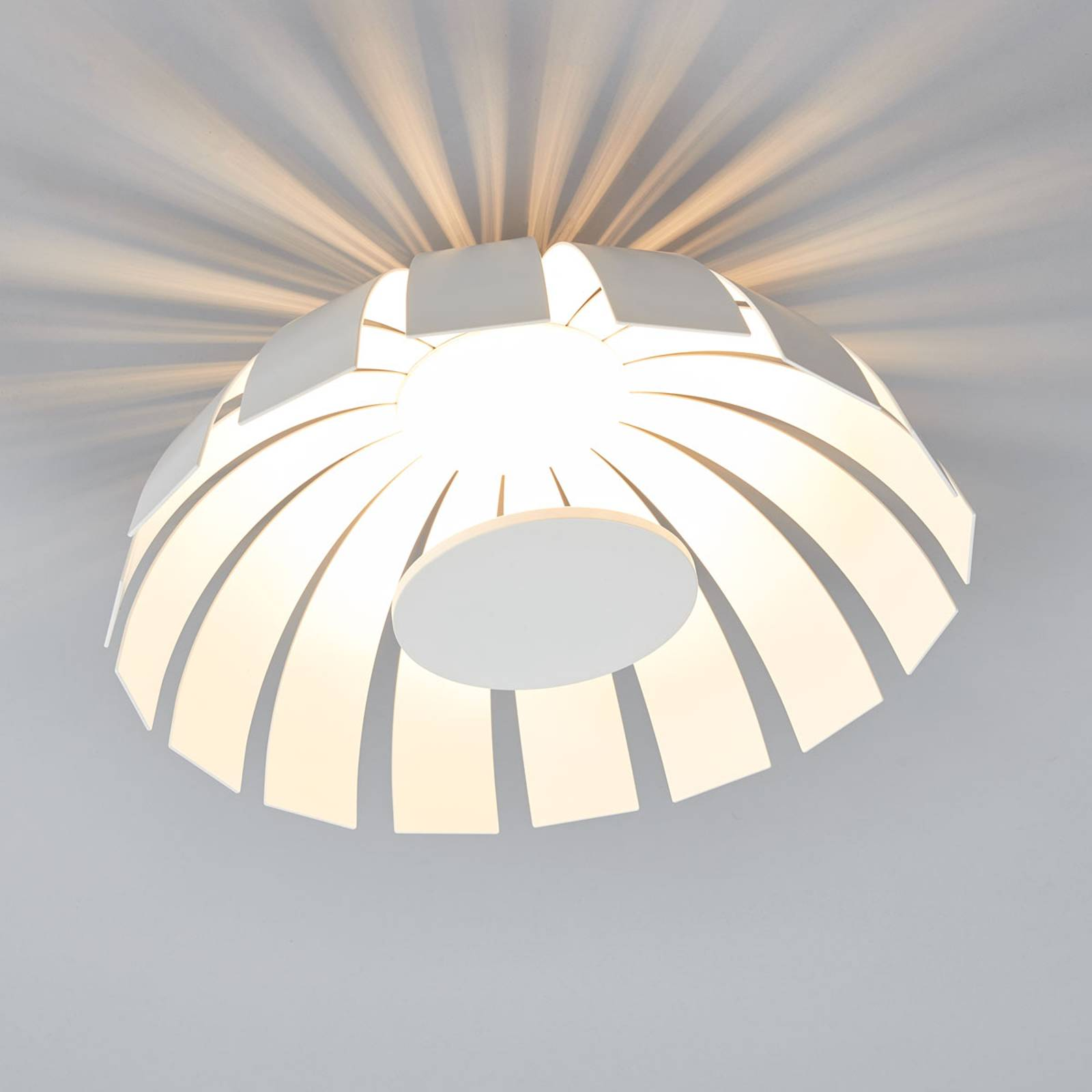Valkoinen LED-design-kattovalaisin Loto, 33 cm