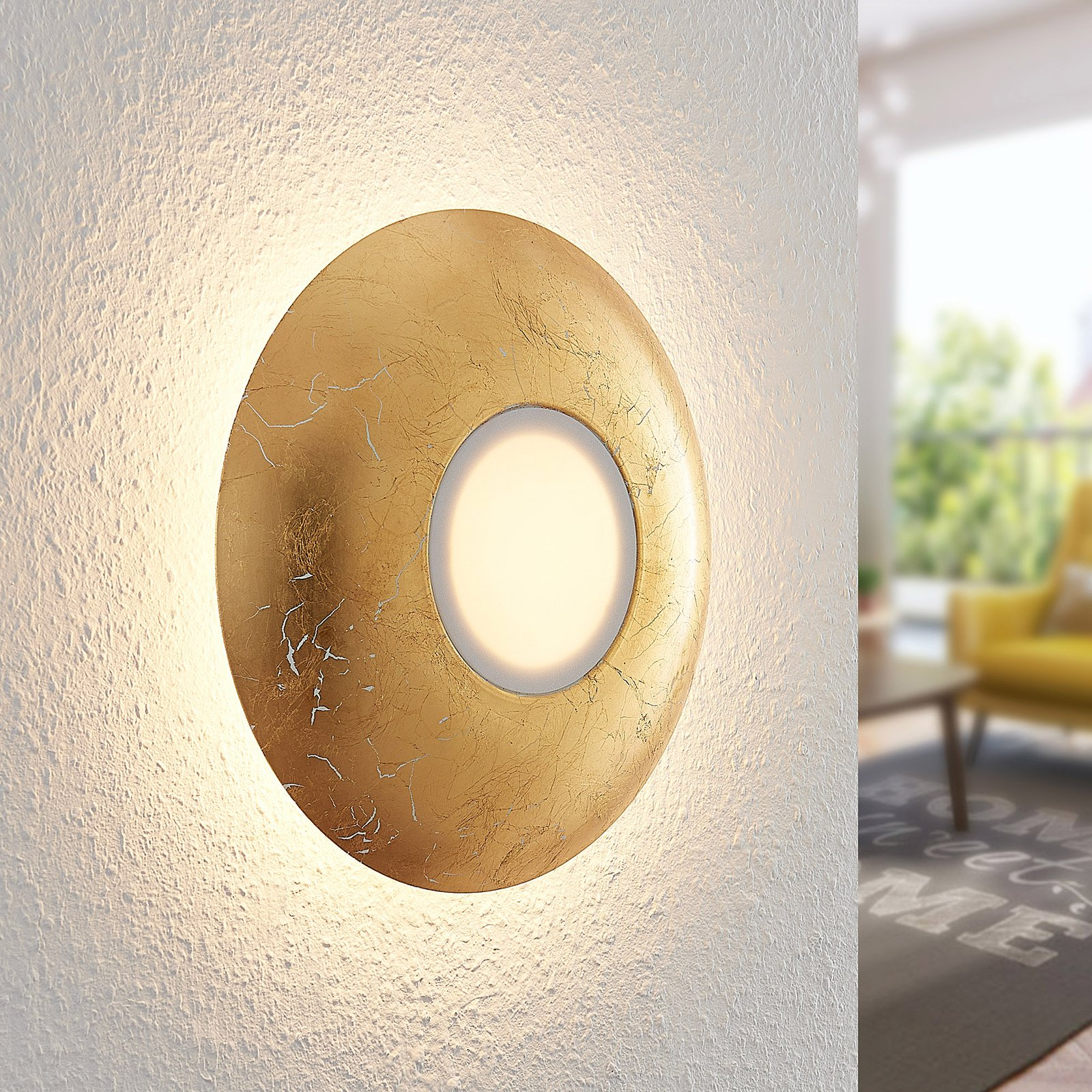 Lindby Illuma LED-vegglampe, melkeglass, gull