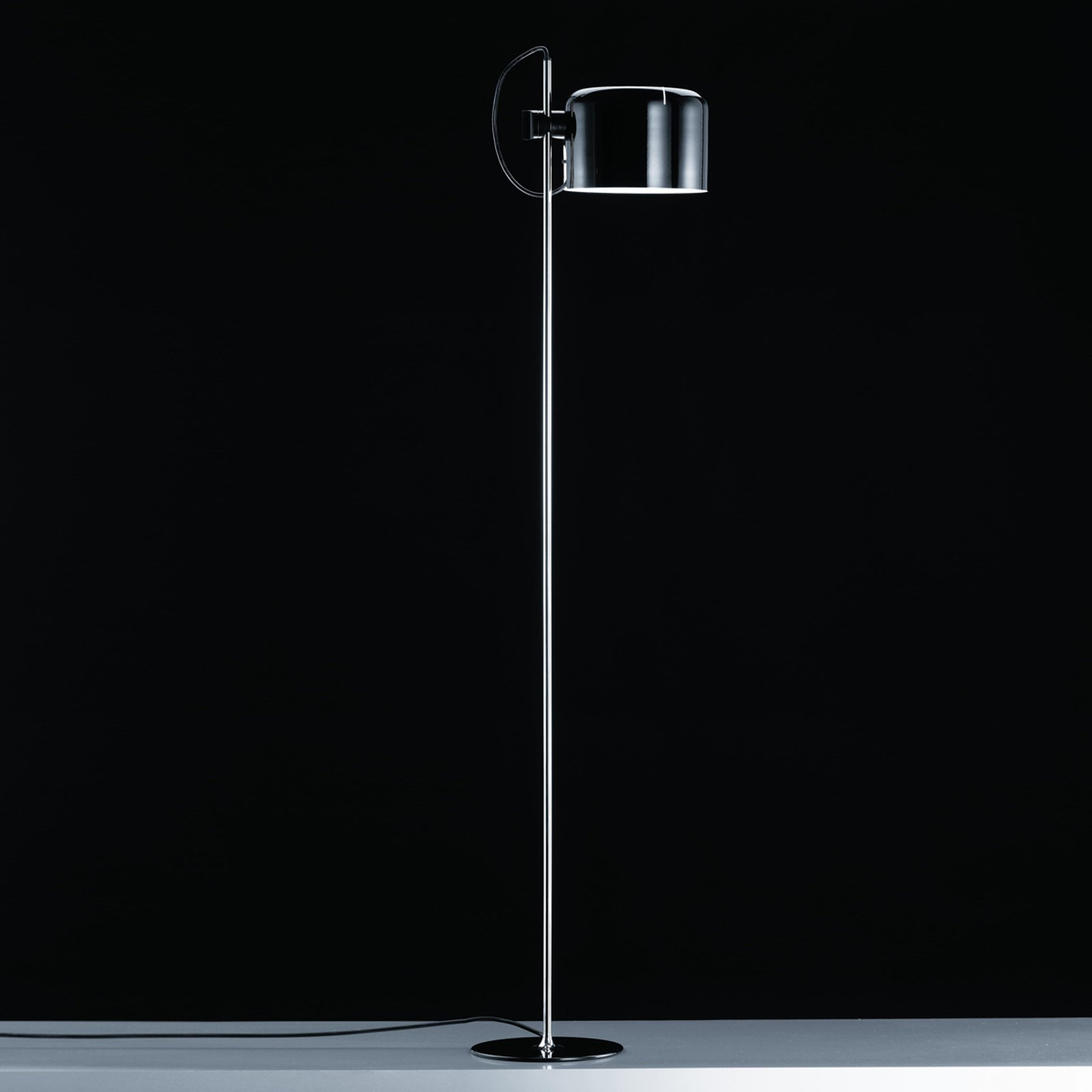 Oluce Coupé - gulvlampe i svart tidløs design