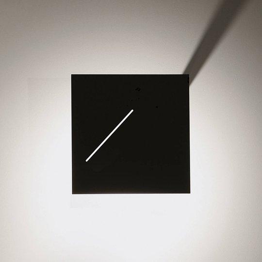 Des.agn-design-seinävalaisin LEDeillä, musta