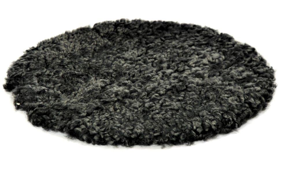 Krøllete rund stolpute i saueskinn - mørkgrå