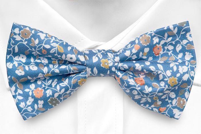 Silke Sløyfer Knyttede, Trykt blomstermønster på blå italiensk silke