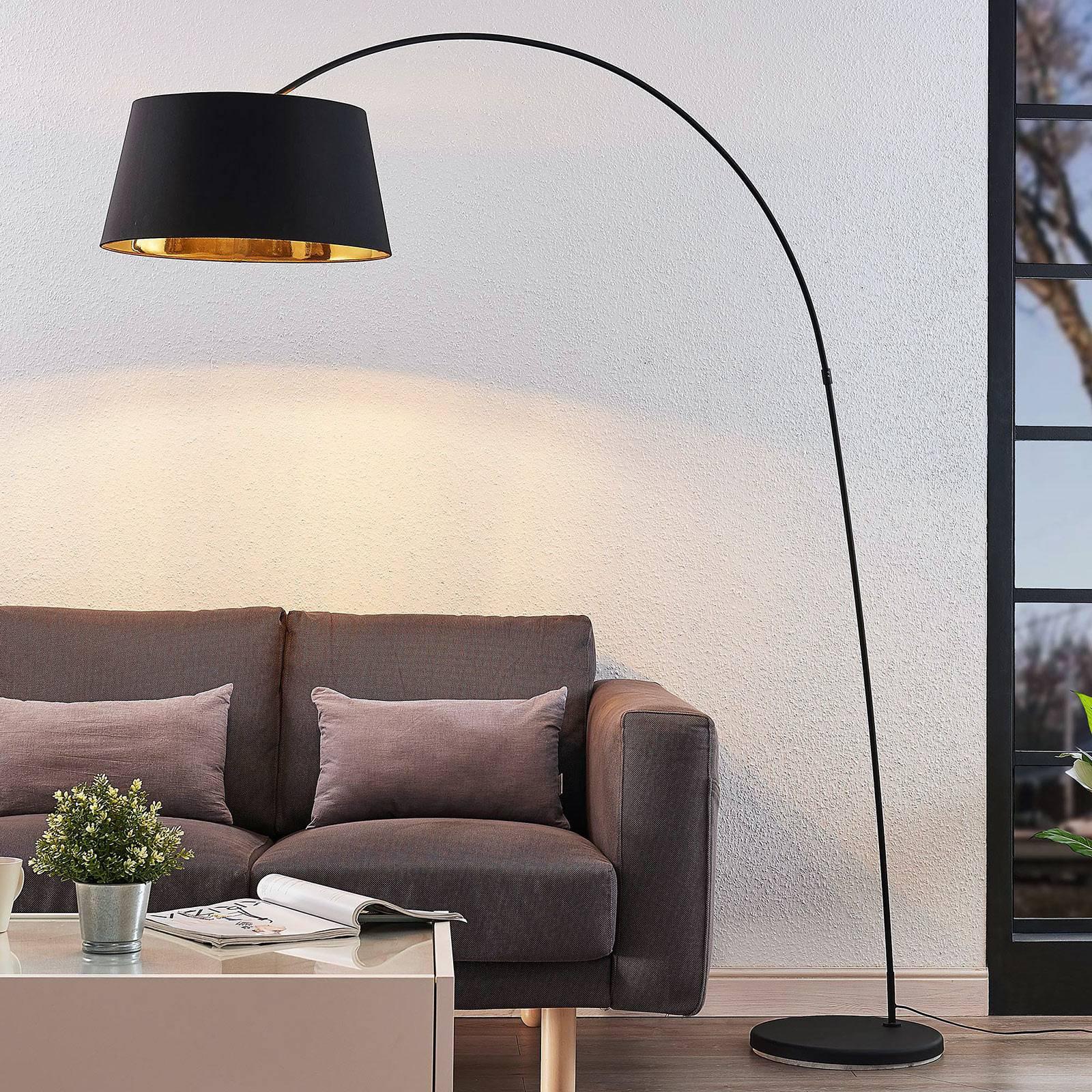 Esti buet gulvlampe med stoffskjerm, svart-gull