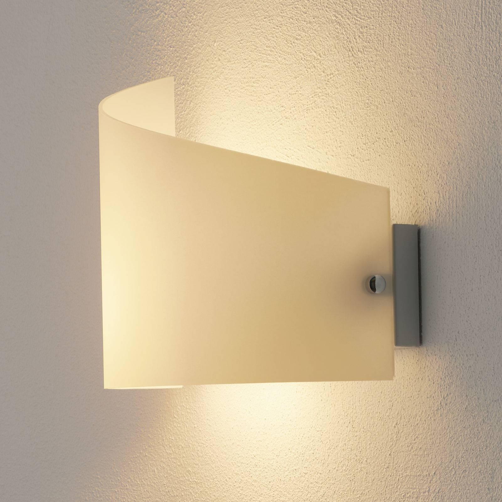 Vegglampe Moa med buet glasskjerm