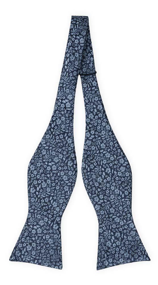 Silke Sløyfer Uknyttede, Mørkeste marineblått med lyseblått blomstermønster