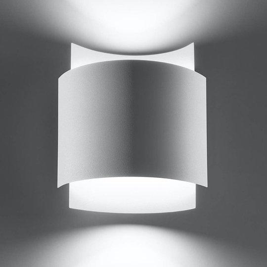 Pako vegglampe av to stålplater i hvitt