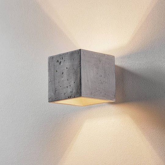 Vegglampe Ara som kube av betong