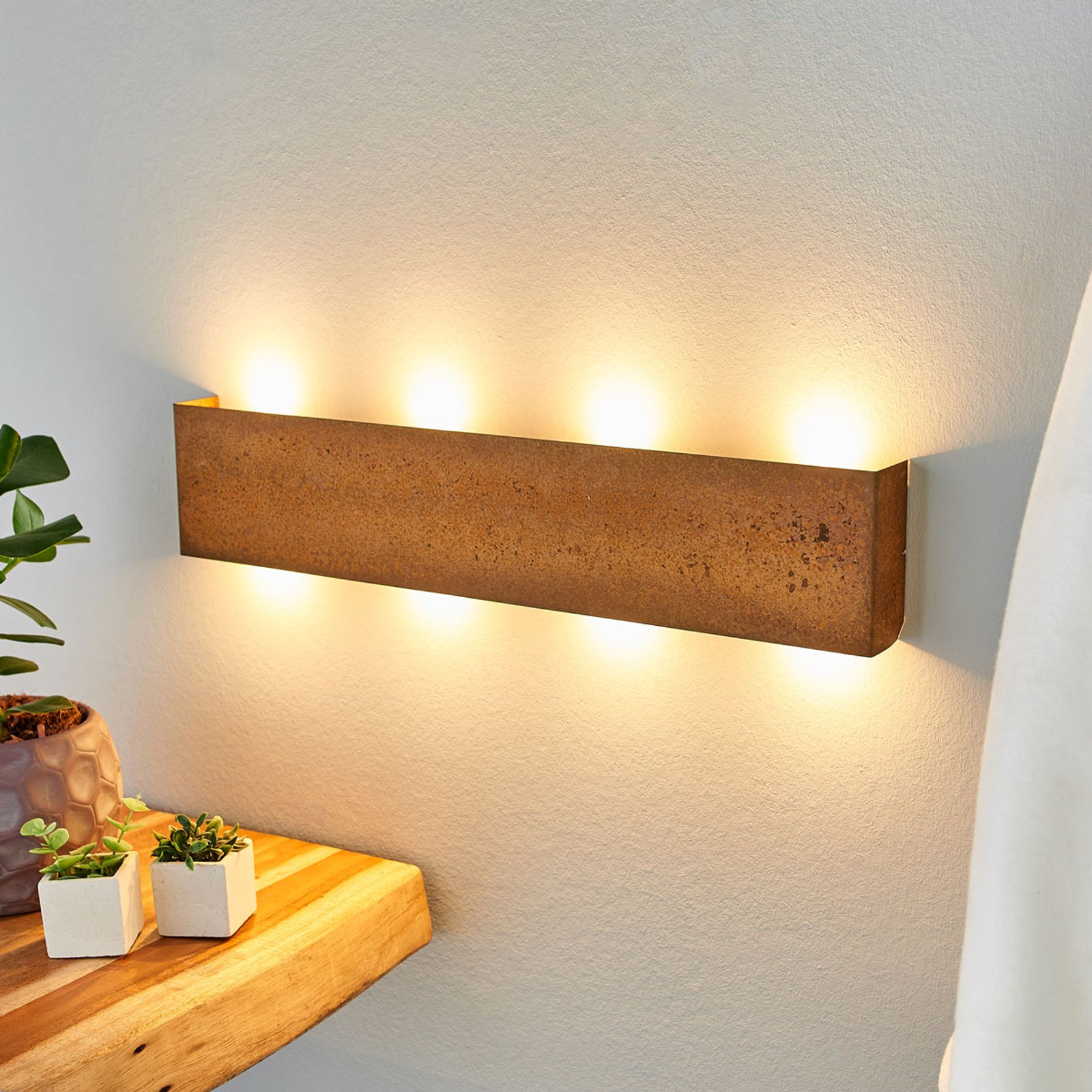 Maja – dimbar LED-vegglampe med rustoverflate