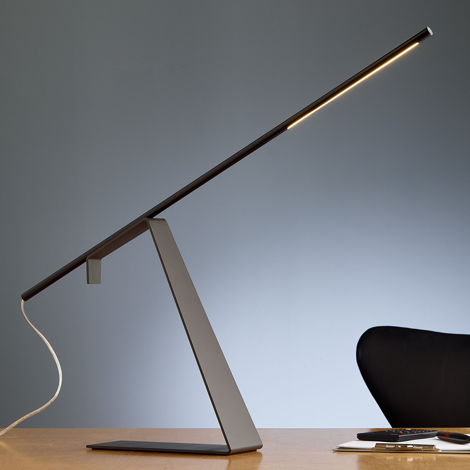 Jella forkrommet LED designerbordlampe